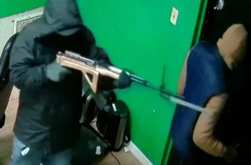 Φρίκη: Άνδρας είδε τη δολοφονία του αδερφού του από κάμερα παρακολούθησης! (photo)