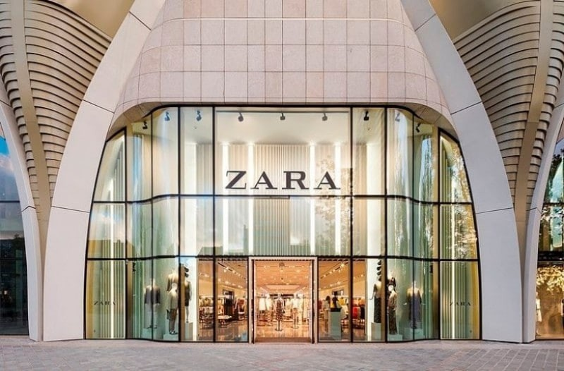 ZARA: Το ιδανικό φόρεμα που θα σε «σώσει» σε πολλές περιστάσεις!