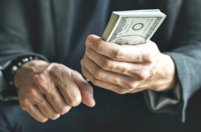 Εκατομμυριούχος πληρώνει αδρά όποιον αποπλανήσει την αρραβωνιαστικιά του!