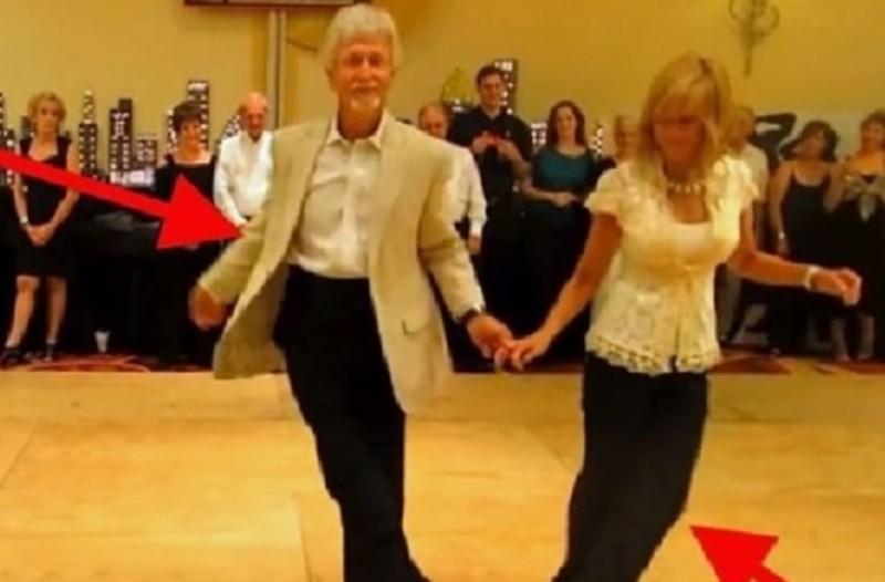Φαίνονται ένα κανονικό μεσήλικο ζευγάρι αλλά όταν της αφήνει το χέρι..