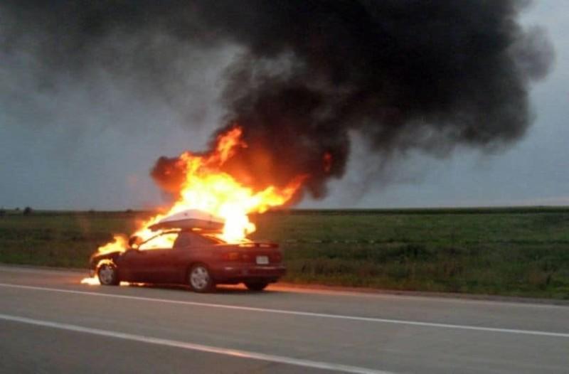 Σοκ! Αυτοκίνητο πήρε φωτιά εν κινήσει! (photos)