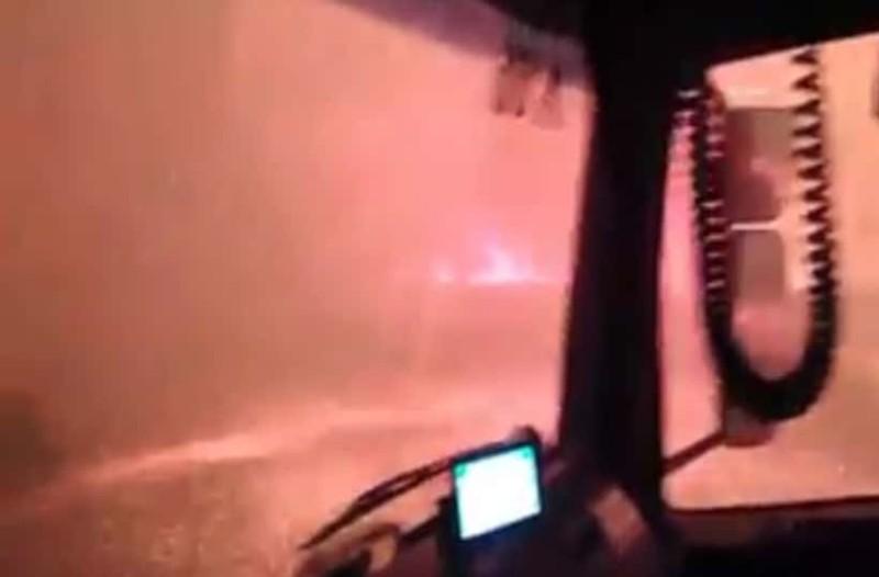Συγκλονιστικό βίντεο από την μεγάλη φωτιά στην Εύβοια: Δείτε πώς κυκλώνει και περνά πάνω από πυροσβεστικό όχημα!