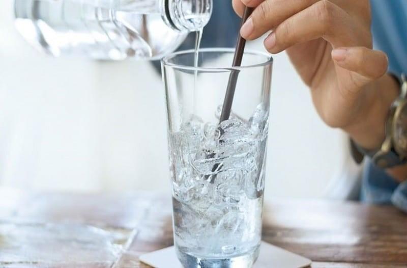 Προσοχή: Τι μπορεί να προκαλέσει ο πάγος που σερβίρουν τα μπαρ;