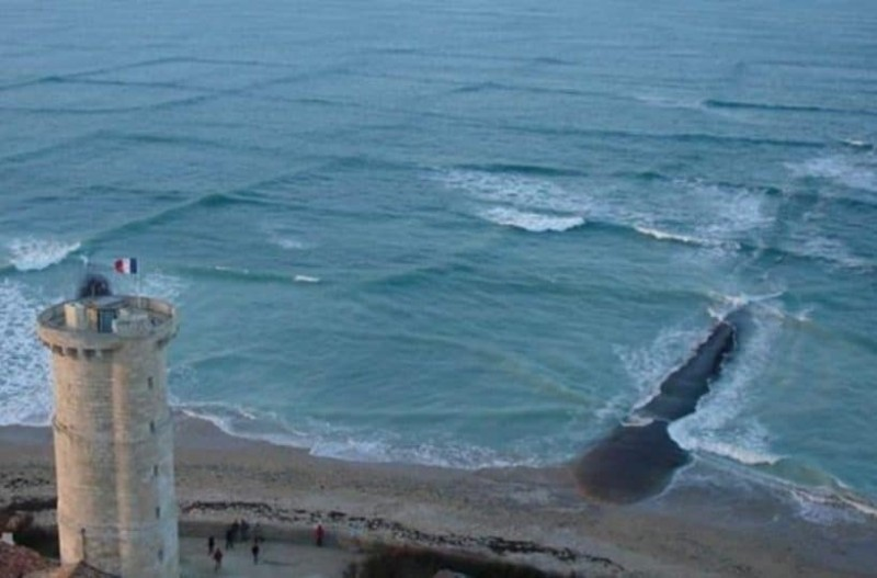 Κοιτούσε τη θάλασσα από ψηλά όταν είδε αυτά τα περίεργα τετράγωνα... Όταν πλησίασε δεν πίστευε στα μάτια του!
