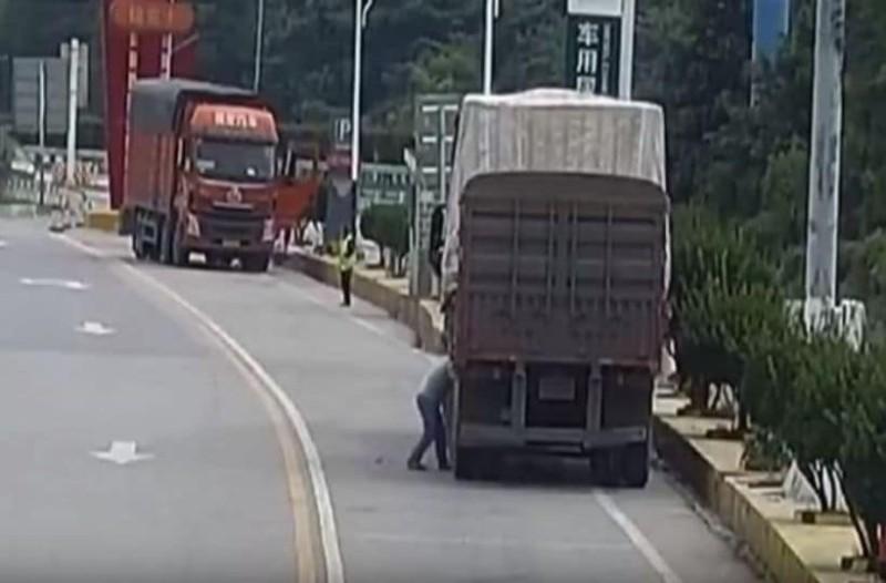 Σοκ! Ελαστικό «βόμβα» σκάει στο πρόσωπο του οδηγού! (Video)