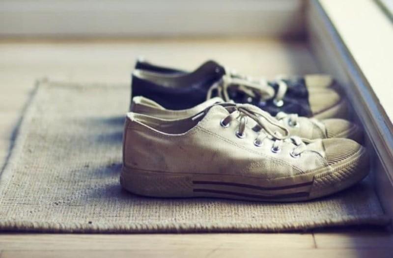Γιατί δεν πρέπει να μπαίνετε ποτέ με τα παπούτσια μέσα στο σπίτι;