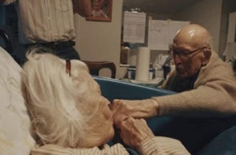 Παππούς 105 χρονών δείχνει την λατρεία του στην 100 ετών σύζυγό του (Βίντεο)