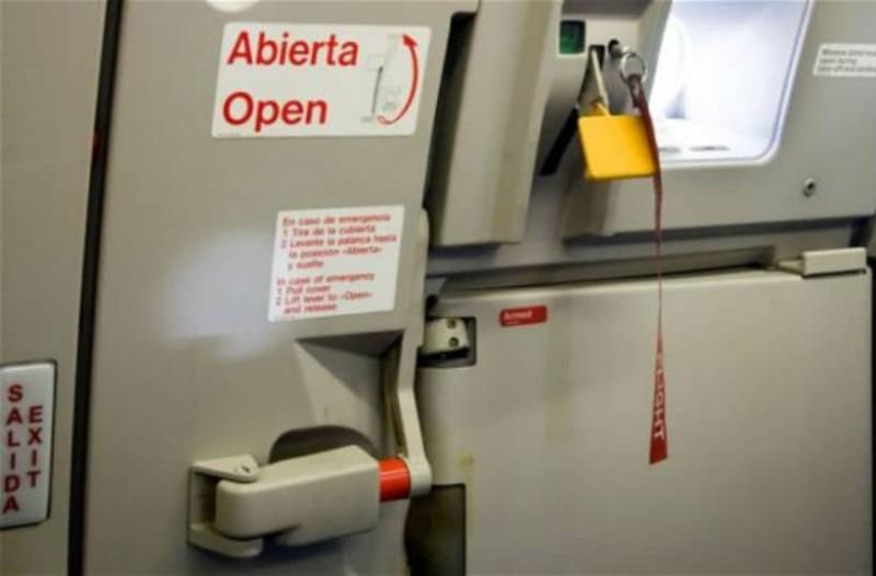 Απίστευτο: Γνωρίζετε τι θα συμβεί αν ανοίξει η πόρτα του αεροπλάνου κατά τη διάρκεια της πτήσης;