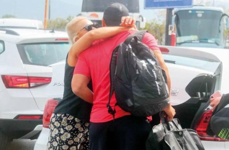 Σάκης Τανιμανίδης: Στην αγκαλιά της μαμάς του πριν το... αντίο!