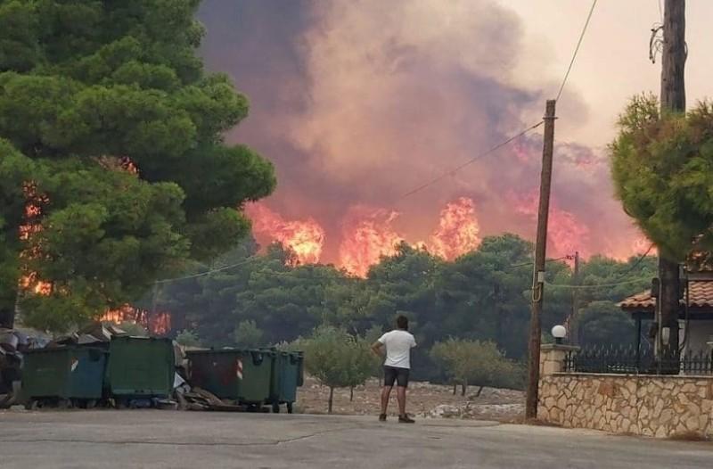 Ανεξέλεγκτη η φωτιά στην Ζάκυνθο! Προσπαθούν να περιορίσουν τις φλόγες μέσα στην νύχτα!