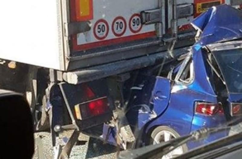 Νεκρός σε τροχαίο! Το αυτοκίνητο «καρφώθηκε» σε νταλίκα!