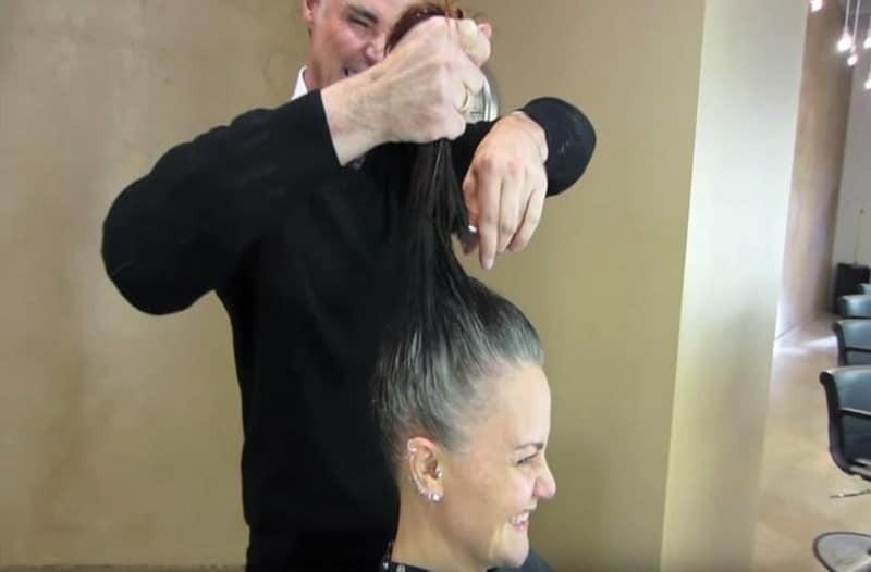 Κορυφαίος κομμωτής κουρεύει κοντά τα μαλλιά 43χρονης και αναδεικνύει την ομορφιά της! (Video)