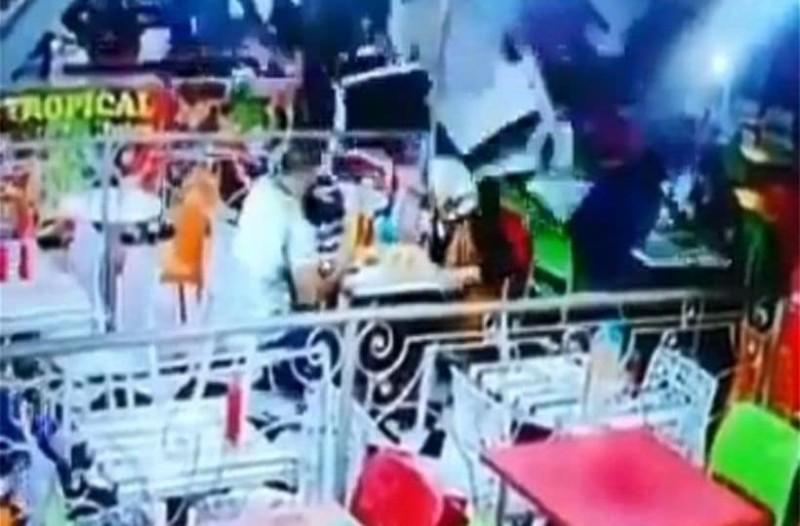 Τρομακτικό! Μεθυσμένος οδηγός «σαρώνει» εστιατόριο γεμάτο πελάτες! (Video)