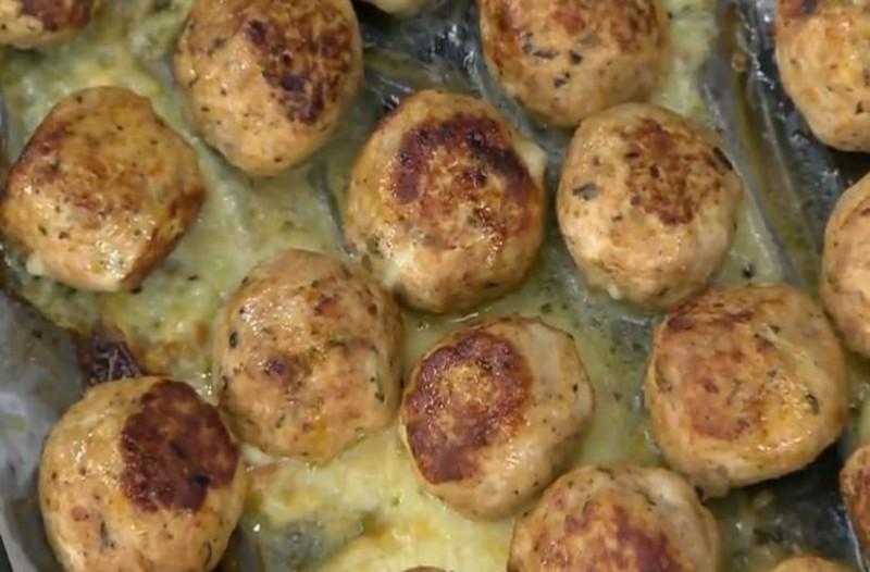 Λαχταριστοί και γεμιστοί κεφτέδες κοτόπουλου με μοτσαρέλα! (Video)