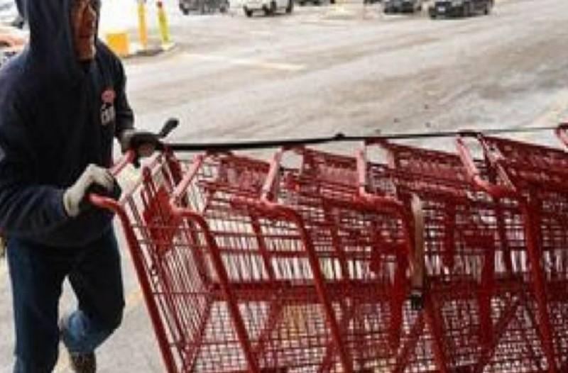 Πήγε να πάρει το καροτσάκι από το σούπερ μάρκετ αλλά κάπου σκάλωνε. Όταν κοίταξε κάτω, του κόπηκαν τα πόδια