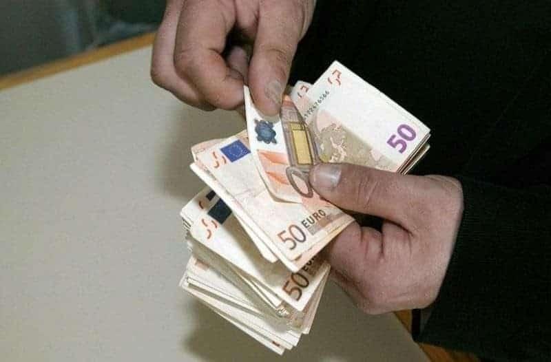 Μυστήριο: Άγνωστος μοιράζει χρήματα σε αυτή την περιοχή