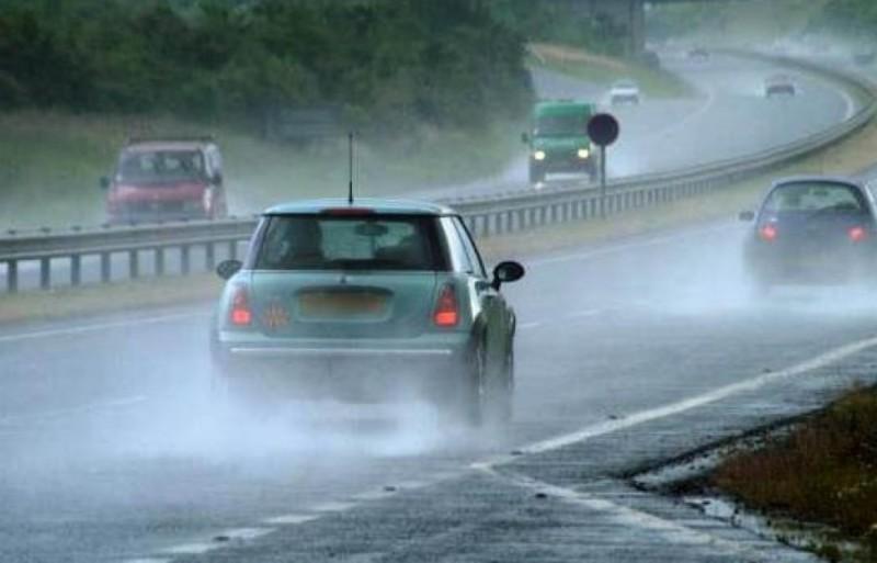 Τι να προσέχετε όταν οδηγείτε στη βροχή!