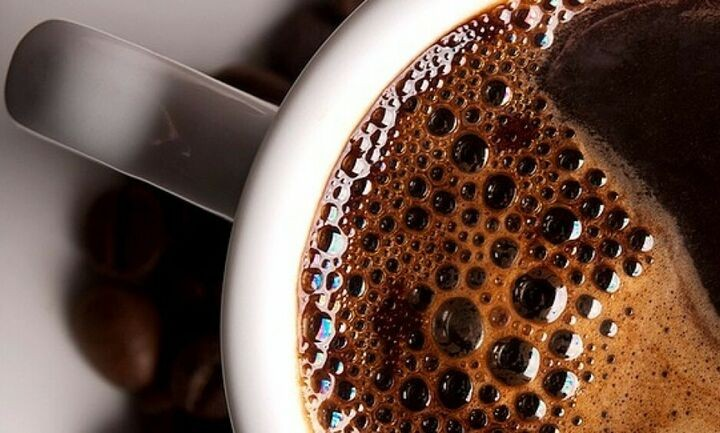 Ρίχνει αλάτι στον καφέ: Το αποτέλεσμα δεν το χωράει το μυαλό σας!