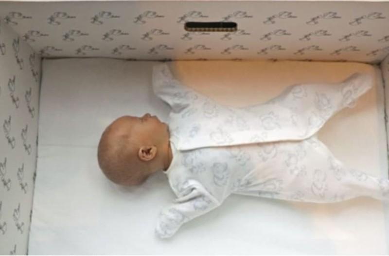 Γιατί τα μωρά στη Φινλανδία κοιμούνται σε χάρτινα κουτιά;