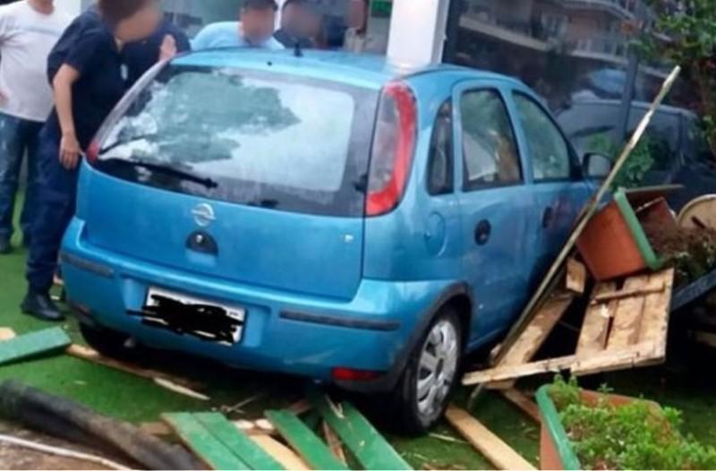 Ιτέα: Ηλικιωμένη έχασε τον έλεγχο του αυτοκινήτου και μπήκε μέσα σε καφετέρια!