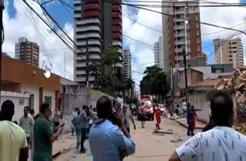 Σοκ: Κατέρρευσε επταώροφη πολυκατοικία! Τουλάχιστον ένας νεκρός! (Video)