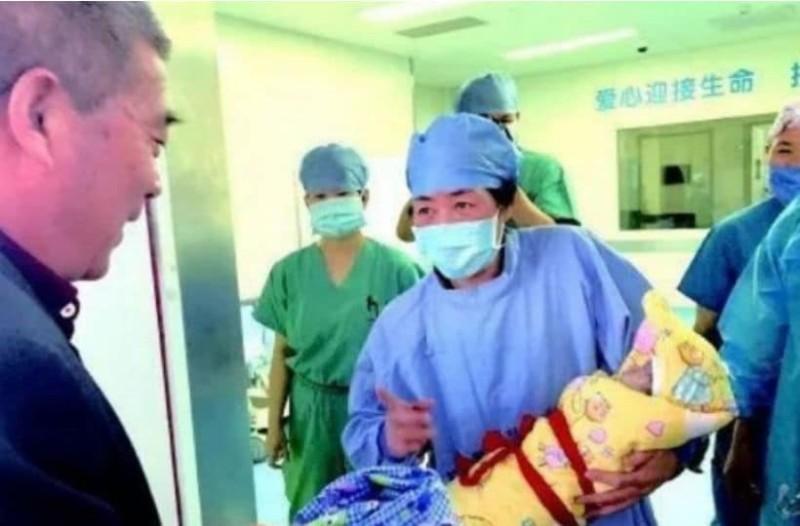 Κίνα: Έγινε μητέρα στα 67 της!