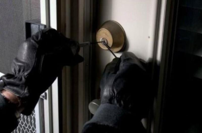 Έπιασαν διαρρήκτες την ώρα που άνοιγαν το σπίτι στον Άλιμο!