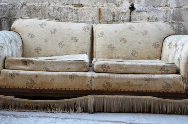 Σοκαριστικό: Αγόρασε μεταχειρισμένο καναπέ και δείτε τι βρήκε μέσα!
