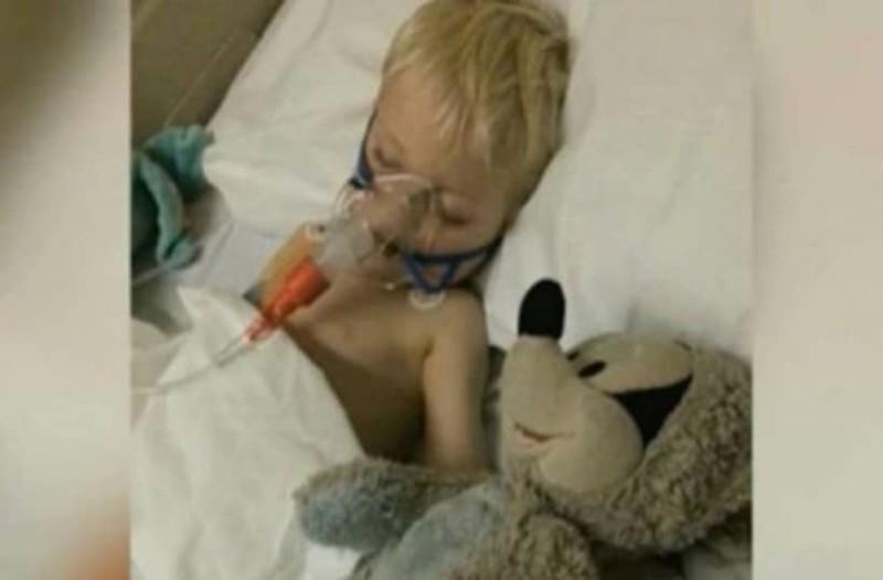 Έδινε μάχη με το θάνατο λόγω σπάνιας μορφής καρκίνου!  Δείτε όμως τι έγινε αμέσως μόλις τον βάφτισαν...! (Video)