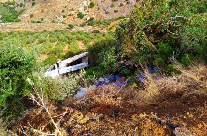 Σοκ στην Κρήτη: Φορτηγό με φιάλες υγραερίου έπεσε σε γκρεμό!