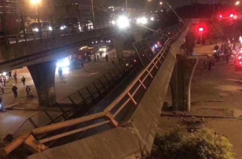 Σοκαριστικό: Γέφυρα κατέρρευσε πάνω σε αυτοκίνητα! ( Βίντεο)
