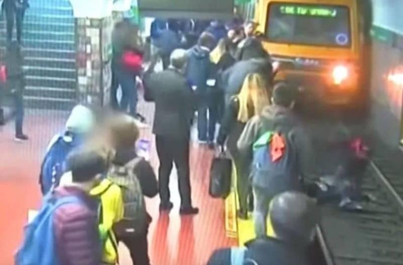 Βίντεο-σοκ: Λιποθύμησε στην αποβάθρα του μετρό και έριξε γυναίκα στις ράγες!