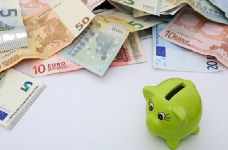 7 χρήσιμες συμβουλές για να μαζέψετε λεφτά στην άκρη ακόμα και όταν δεν βγαίνετε οικονομικά