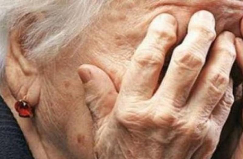 Τραγικό: Ηλικιωμένη έδωσε 10.000 ευρώ σε απατεώνα!