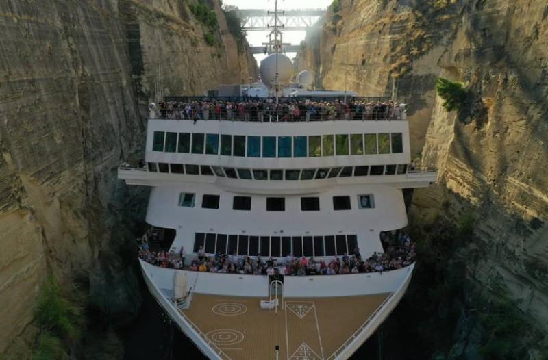 Εντυπωσιακές φωτογραφίες: Το μακρύτερο κρουαζιερόπλοιο του κόσμου περνάει τον Ισθμό της Κορίνθου
