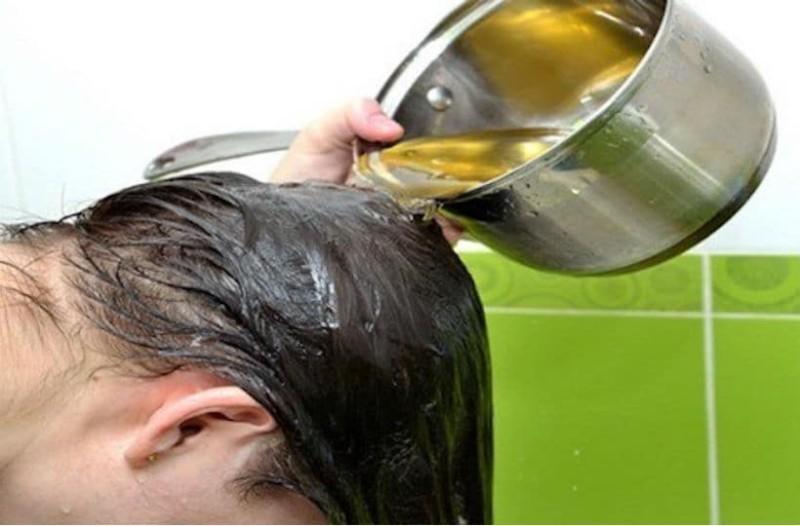 Γεμίζει μια κατσαρόλα με καστορέλαιο και το ρίχνει στα μαλλιά της. Μόλις μάθετε το λόγο, θα το κάνετε κι εσείς!