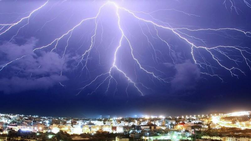 Ισχυρές καταιγίδες, 27.000 κεραυνοί και 38 βαθμοί στην Κρήτη!
