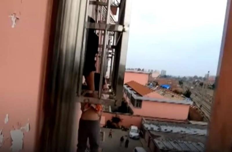 Σοκ: 4χρονο αγόρι έπεσε από τον 4ο όροφο και σώθηκε επειδή σφήνωσε το κεφάλι του στα κάγκελα! (Video)