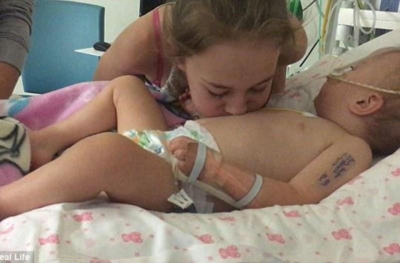 Μικρό κορίτσι φιλάει το ετοιμοθάνατο αδερφάκι του και το ανασταίνει!
