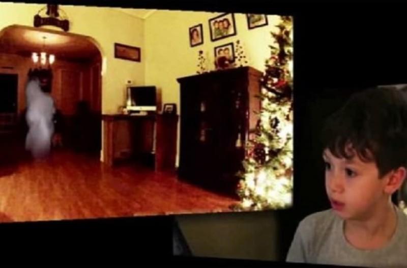 Μικρό παιδί τοποθετεί κρυφή κάμερα στο δωμάτιο του και δεν μπορεί να πιστέψει στα μάτια του όταν βλέπει πως το βράδυ τον επισκέφτηκε ο Άγιος Βασίλης!