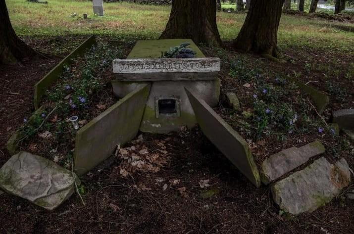 Ο παιδικός τάφος με το παράθυρο