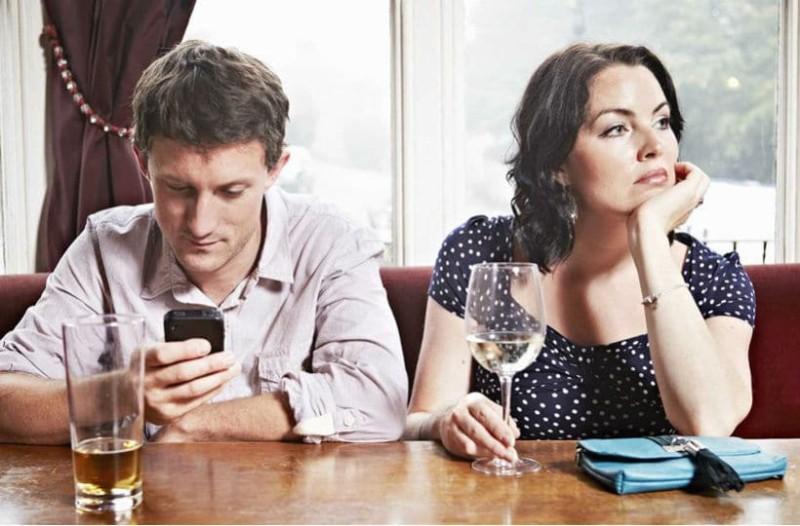 Τι είναι το phubbing και πόσο μπορεί να επηρεάσει τις προσωπικές μας σχέσεις;