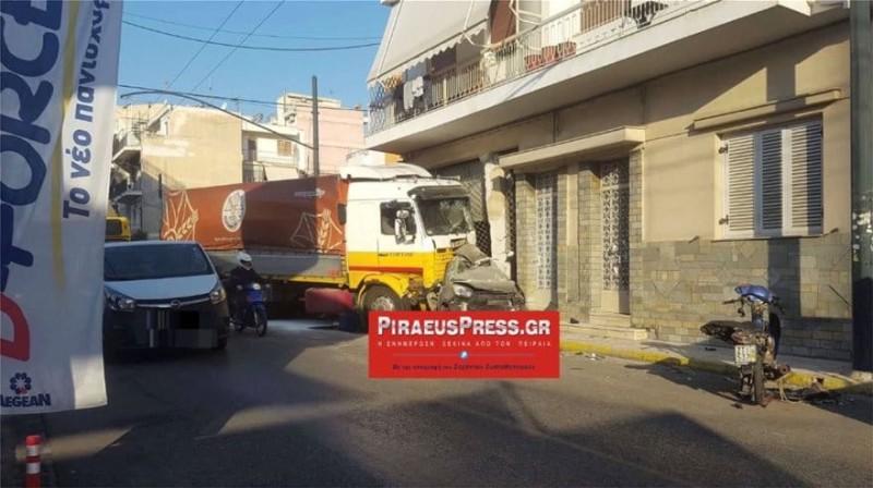 Τροχαίο σοκ στον Πειραιά: Φορτηγό διέλυσε ΙΧ!