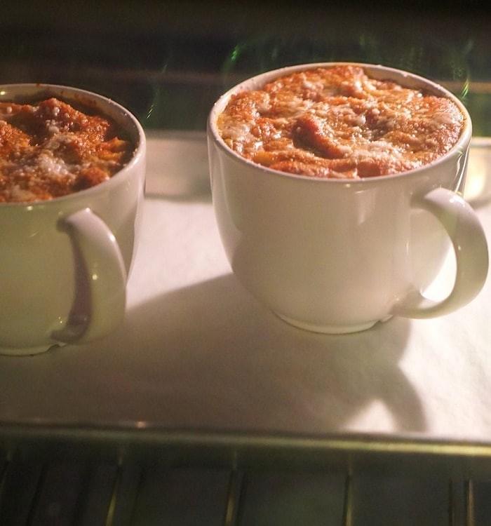 Βάζει ζυμαρικά σε μία κούπα του καφέ