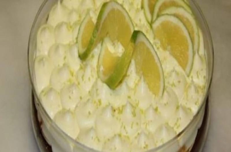 Πεντανόστιμο γλυκό με μπισκότα, λεμόνι και γιαούρτι σε 10 λεπτά