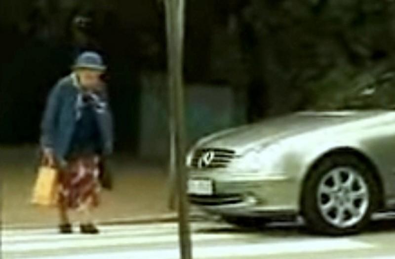 Ένας οδηγός κόρναρε σε μια γιαγιά όταν πέρναγε τον δρόμο... Αυτό που ακολούθησε θα σας σοκάρει!