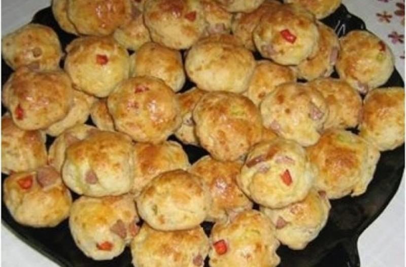 Φτιάξτε μπισκοτομπαλάκια με τυρί και λουκανικάκια!