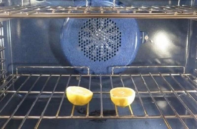 Βάζει στο φούρνο ένα λεμόνι κομμένο στη μέση: Αυτό που συμβαίνει είναι εκπληκτικό!