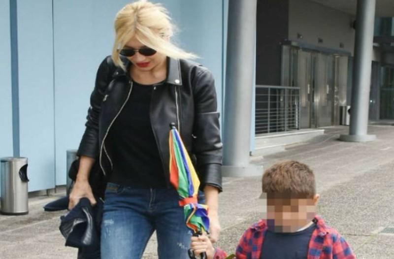 Φαίη Σκορδά: Χεράκι χεράκι με τον γιο της και όλοι κοίταγαν τα πόδια της!