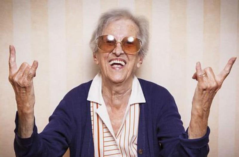 Αυτή η γιαγιά βρήκε ένα θαυματουργό κόλπο για να προστατευτεί από το λάδι!